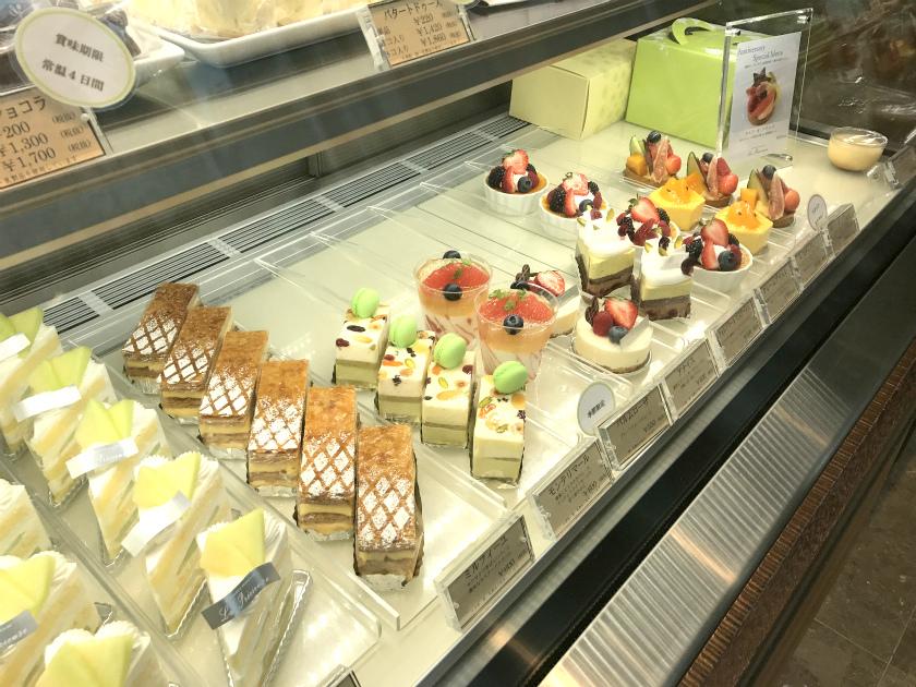 ラ・プレシューズはケーキが美味しいと評判のお店。レジにあるケーキショーケースには美味しそうなケーキが並べられていました。