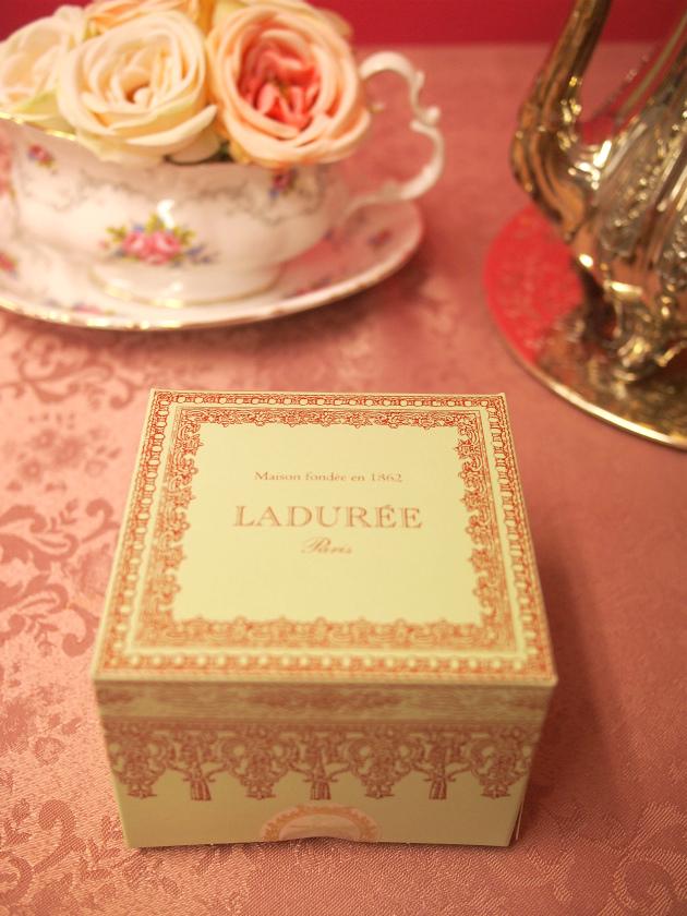 ラデュレはケーキボックスも可愛いです。こちらは1個用のボックス。1個用のボックスがあると、ケーキを1個だけでもいいのよね!と安心して買うことが出来ます(笑)