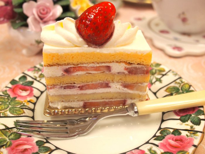 4段のスポンジに苺がたくさん入っているショートケーキです。