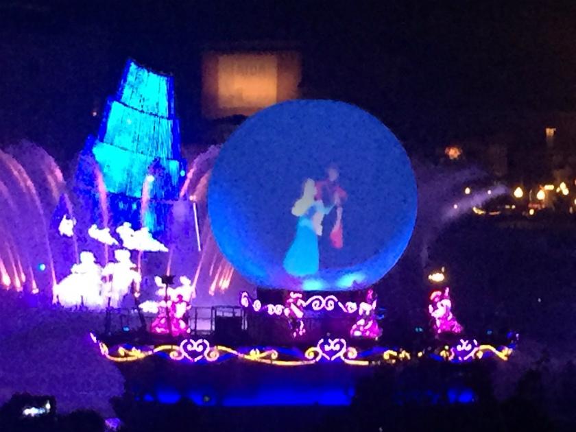 メディテレーニアンハーバーのナイトショー「ファンタズミック!」の一場面。ファンタジアのミッキーから始まり、アラジンやリトルマーメイドやシンデレラのキャラクターがいっぱい出てくる楽しいショーでした。