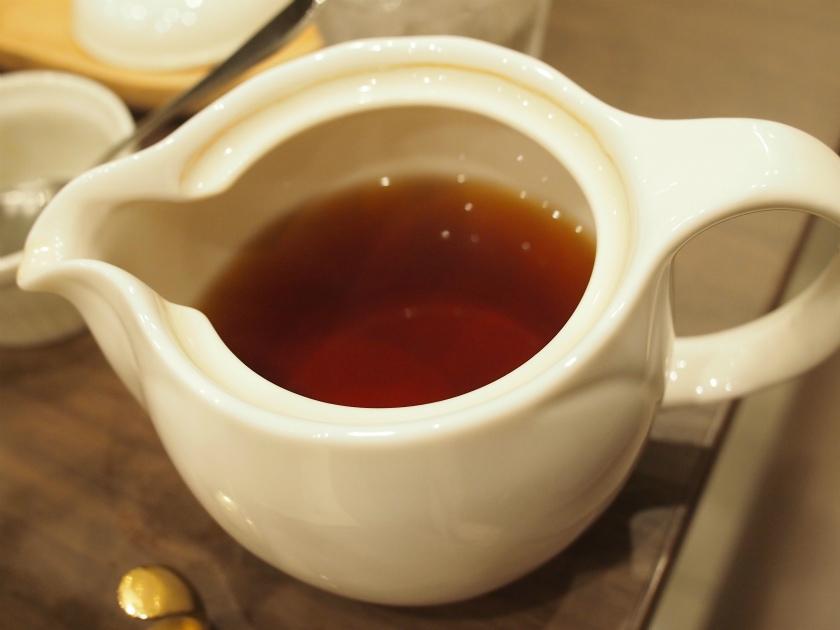 失礼してティーポットの中を覗いたら、茶葉は抜いてありました。