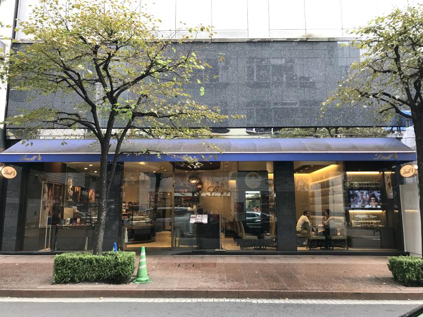 銀座の並木通り沿いにある、リンツ ショコラ カフェ銀座店