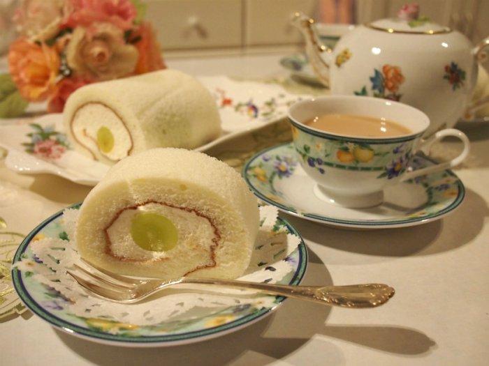 カップ&ソーサはNARUMI、ティーポットはヘレンド、長方形のお皿はエインズレイのペンブロックです。