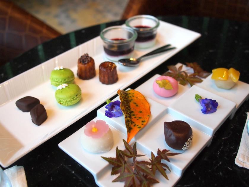 奥のプレートが一休限定のスペシャルデザート、手前のプレートが手まり寿司アフタヌーンティー華凛(かりん)秋ーに付いているデザート。