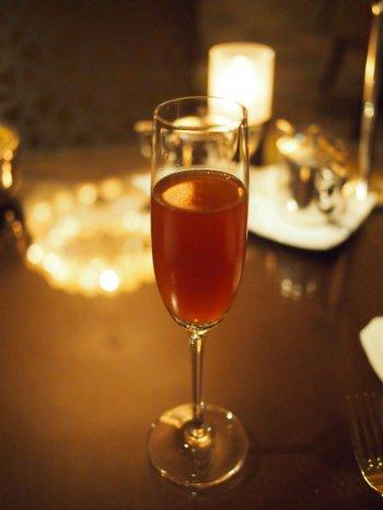 こちらはウェルカムティー。セイロンベースの紅茶にチョコレート、オレンジピール、アーモンドのフレーバーを加えたアイスティー。