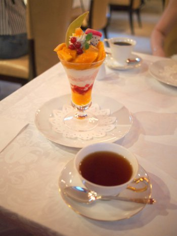 パフェは 570円でコーヒーや紅茶をつけることが出来ます。紅茶は「資生堂パーラー オリジナル ブレンドティー」です。