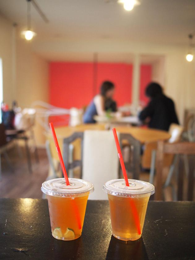 左がライムティー、右がティースカッシュです。 ティーストアではお砂糖ありとなしが選べます。