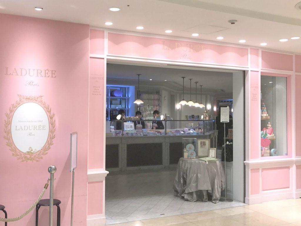 ラデュレ銀座店は銀座三越の2Fにあります。