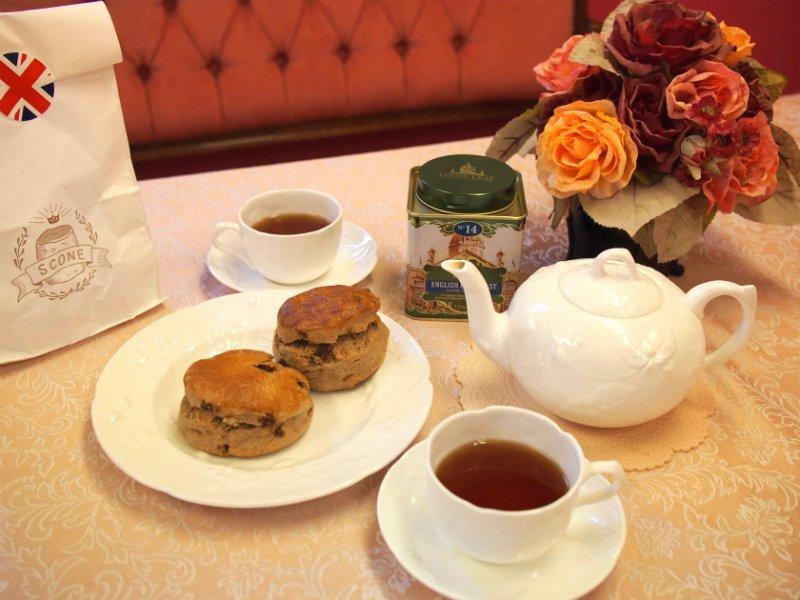 デバラベーカリーのシナモンいちじくスコーンと紅茶