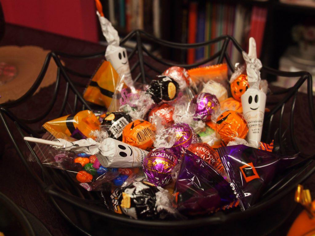 こちらはリンツのハロウィンチョコレートとお菓子。蜘蛛の巣の入れ物はダイソーで購入しました。