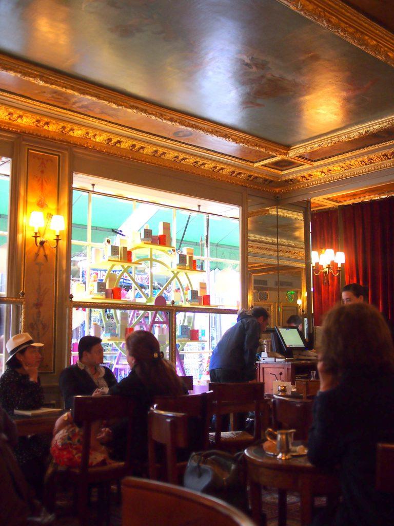 1Fカフェスペースの店内。ほぼ1871年の改装時のままです。ゴージャスな内装だけどカジュアルな雰囲気です。