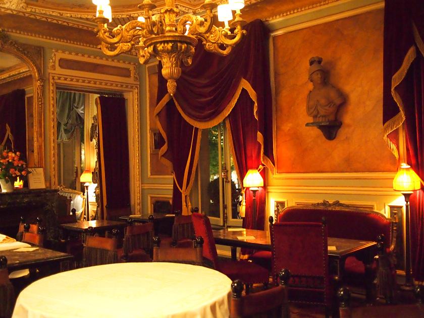 パリにあるラデュレのサロン・ド・テで一番最後にできたシャンゼリゼ店は一番広く、内装も豪華です。