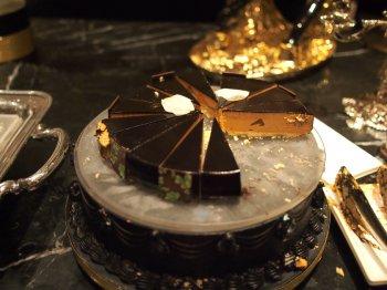 ラ・レーヌ オン ドゥイユ(洋梨とキャラメルミルクチョコレートムースケーキ)