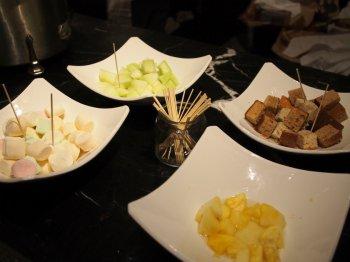 トッピングはバナナブレッド、マシュマロ、パイナップル、メロン