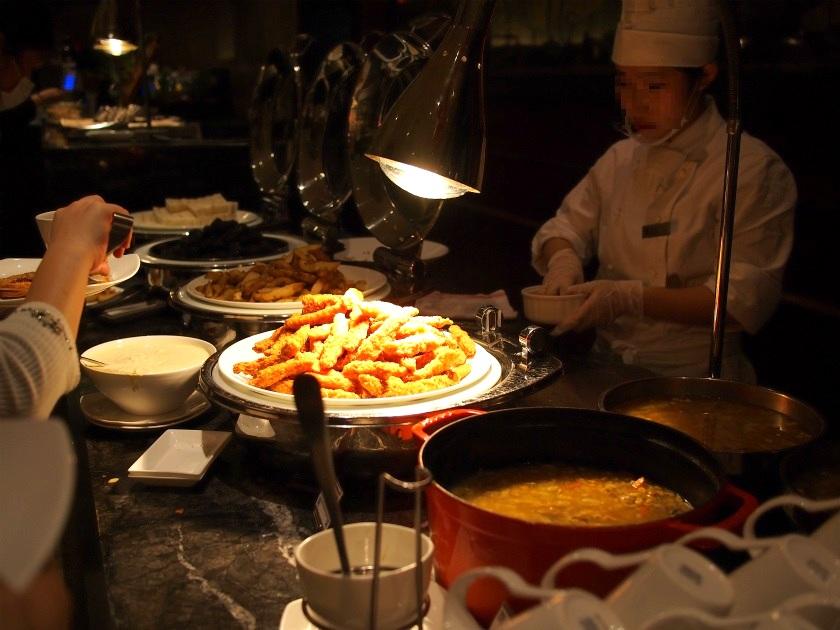 手前から、日替わりスープ、スティックフライ、ポテト、黒ゴマ団子、ツナとオリーブのサンドウィッチ