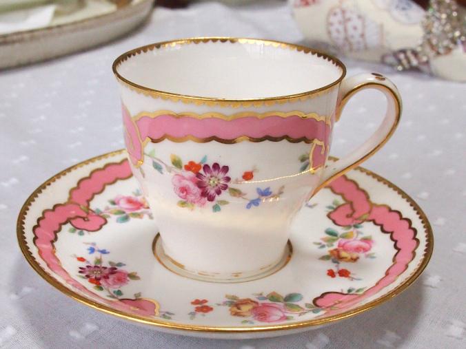 こちらはピンクのリボンが可愛らしいデミタスカップ。