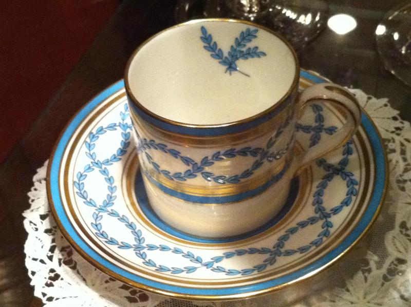 こちらはミントンの「アントワネット」というカップ。