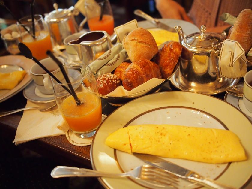 本店でいただいた朝食のオムレツセット。これにフルーツボウルが付いていました。