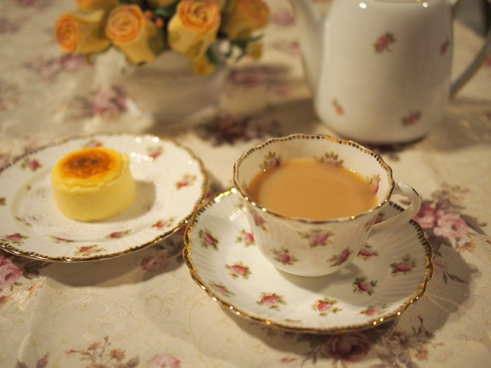 ティーカップはイギリスのアンティーク。ティーポットは大倉陶園の小花シリーズ。