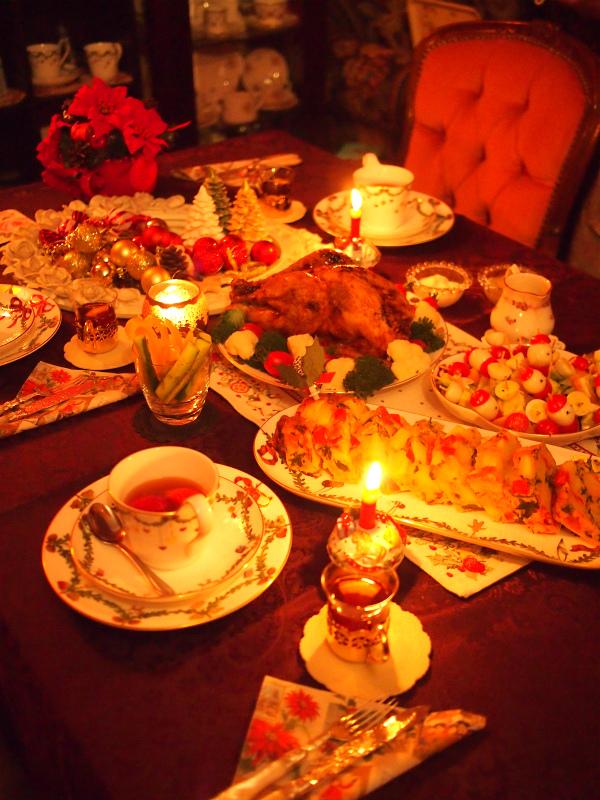 最初はカップ&ソーサー4客と長方形のクリスマスディッシュを買いました。