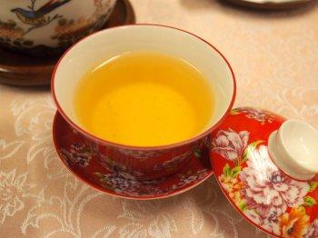 ダージリンファーストフラッシュの水色は紅茶とは思えないほど薄い色です。