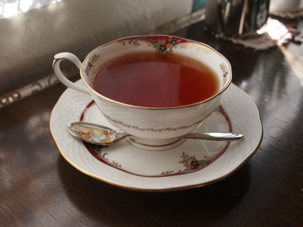 ランチセットの紅茶のカップはNARUMIでした。