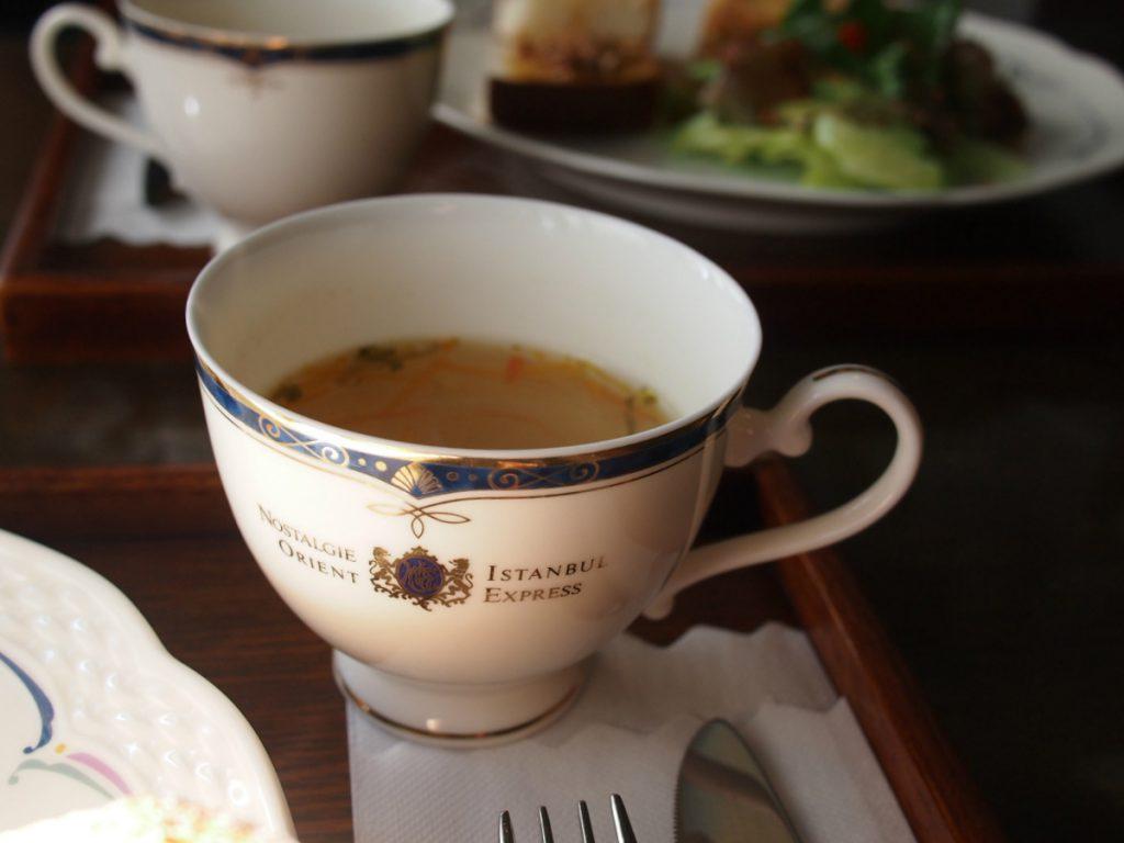 ランチセットのスープに使われていたのは桃山陶器のオリエントエクスプレスのカップ