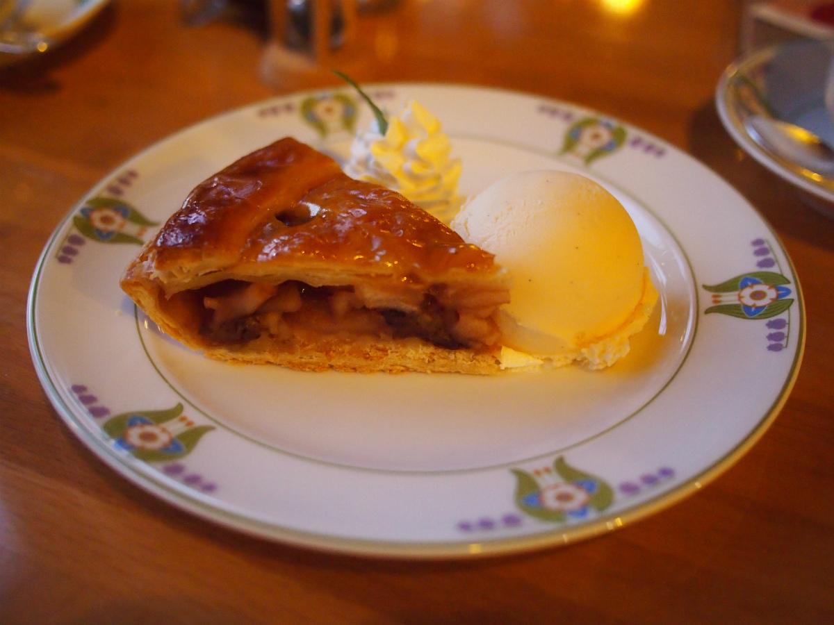 こちらはカフェテラスで提供されるアップルパイ。