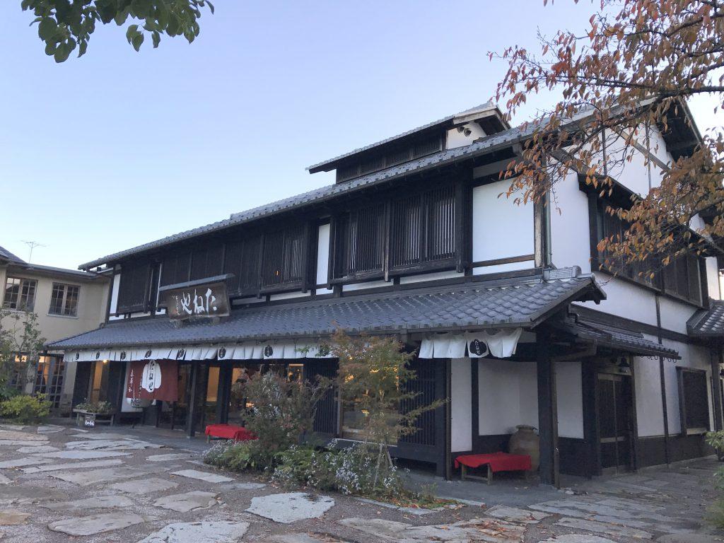 彦根美濠の舎(みほりのや)は大きな敷地内に「たねや」と「クラブハリエ」のお店があります。たねやの上には甘味処の「美濠茶屋」、クラブハリエの上には「美濠カフェ」があり、お買い物もお茶も出来る彦根の人気の観光スポットです。