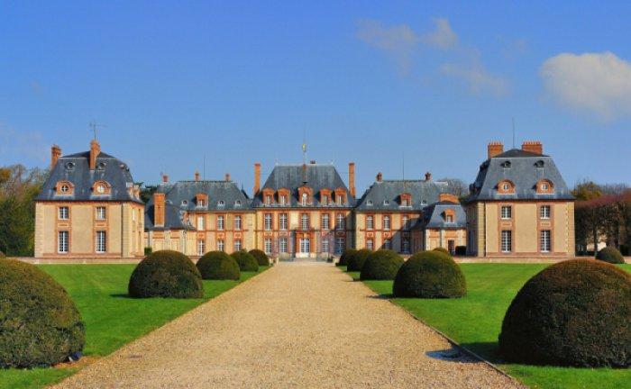こちらがブルトゥイユ城。17世紀に建てられたお城で、パリから南西に35キロ離れた場所にあります。