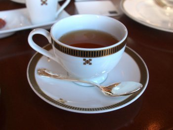 こちらはインペリアルブレンドティー。ダージリンとセイロンのブレンドティー。ポットには茶葉が入っていたので、一杯目はストレート、2杯目はミルクティーにしていただきました。