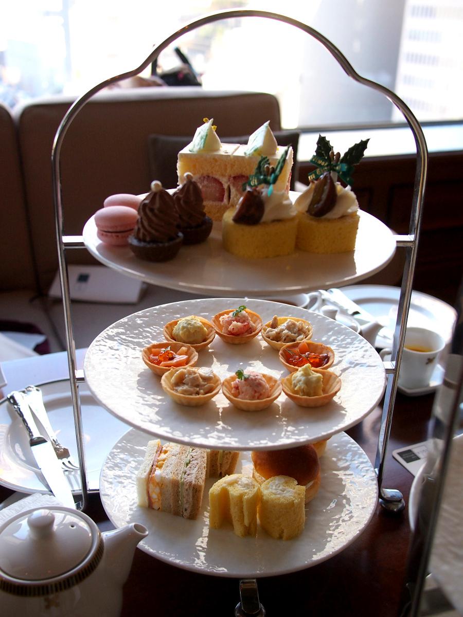 こちらは帝国ホテル「インペリアルラウンジ アクア」のアフタヌーンティー2人分のケーキスタンドです。この他アミューズ、スコーン、小菓子が付きます。