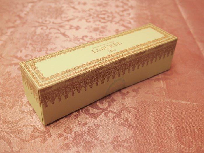 こちらはテイクアウト用のマカロンの箱。プレゼント用のマカロンボックスだとプラス1,000円くらいかかりますが、こちらの箱は無料です。