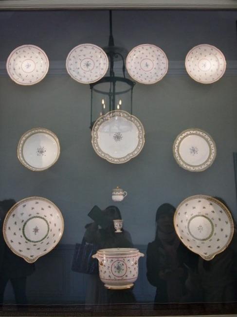こちらは1階に展示してあるマリー・アントワネットがセーブルにオーダーしたテーブルウェア。中段のヤグルマギクが描かれたシリーズはロワイヤルドリモージュがレプリカを作っています。