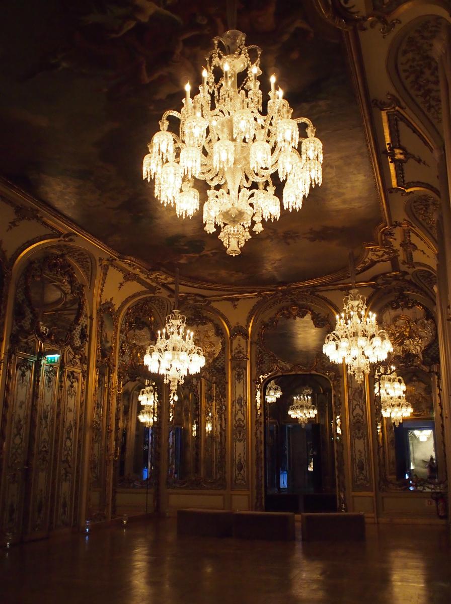 シャンデリアが飾られている豪華なお部屋