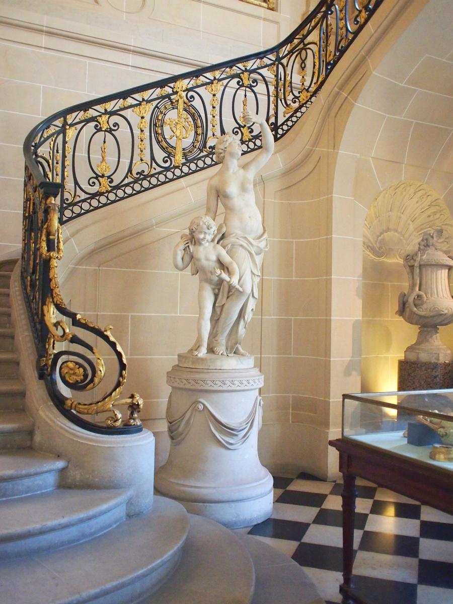 入ってすぐの階段室から豪華です。プチトリアノン宮殿の階段室と雰囲気が似ています。
