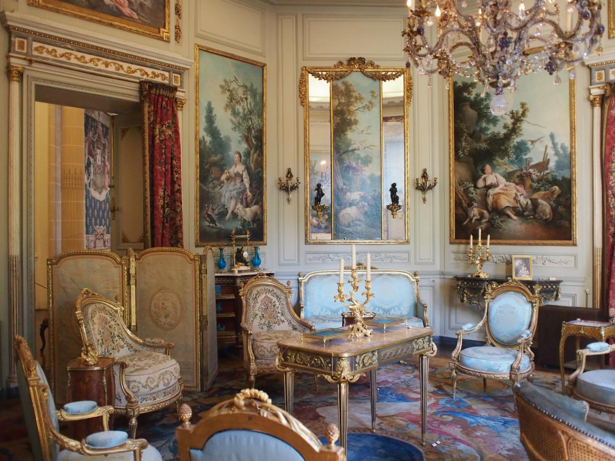 置いてある家具も豪華で宮殿のようです。