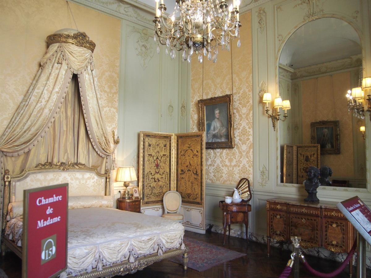こちらは奥様の寝室。