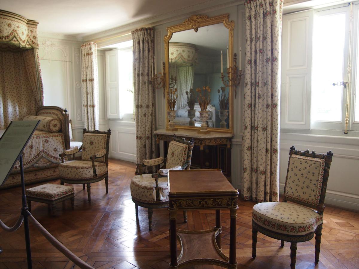 こちらはマリー・アントワネットの寝室。家具もファブリックも可愛らしいです。