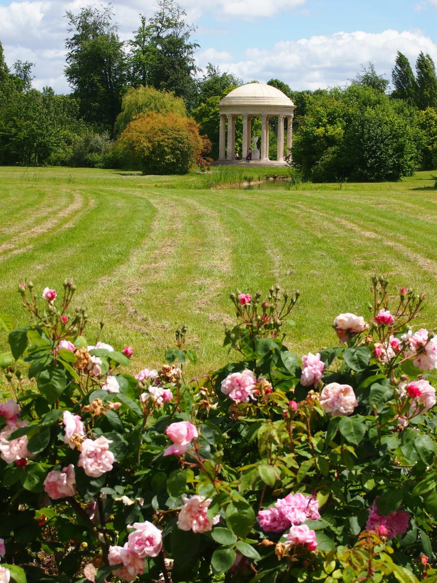 こちらは宮殿の裏側にある、フェルゼンと愛を語ったかもしれない愛の神殿。