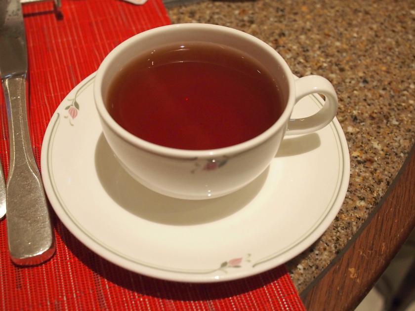 ソーサーで蓋をして、じっくり蒸らせばティーバッグでも美味しい紅茶が出来ます。