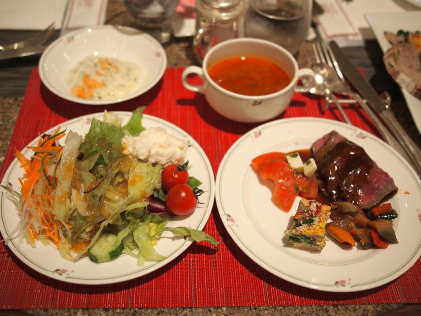まずは、サラダと前菜、それにスープとリゾット