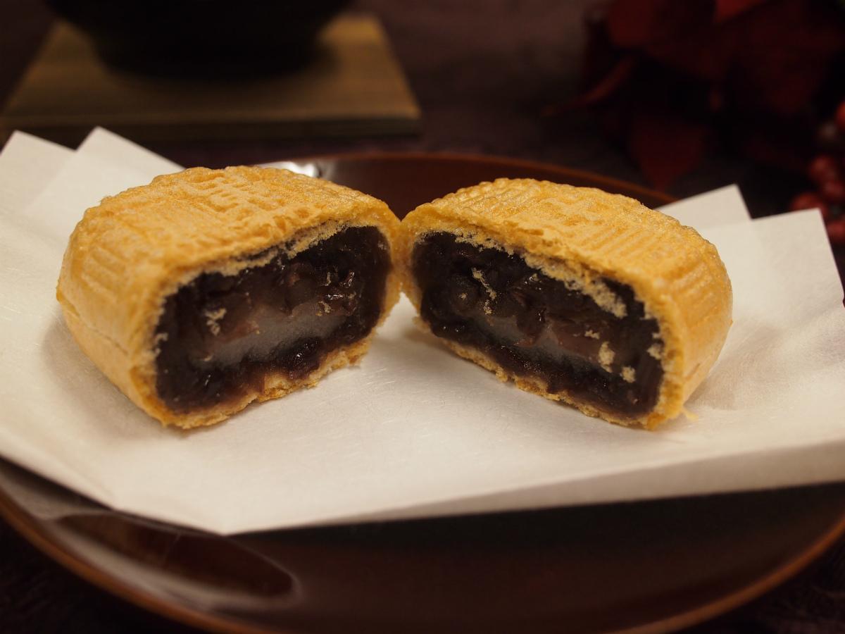 しっかりした硬めの最中の皮に包まれているのは、北海道産の小豆で作った粒あんと近江米製の求肥