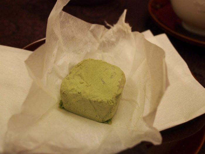 「埋れ木」は白あんを求肥で包み、抹茶と和三盆を合わせた粉をまぶした、一口サイズの和菓子です。