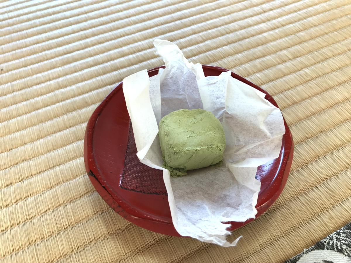彦根城の茶室「鳳翔台」でお抹茶をいただいたときに出されて知ったお菓子です。