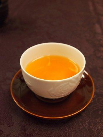 ダージリンファーストフラッシュの水色(すいしょく)は薄オレンジ色。