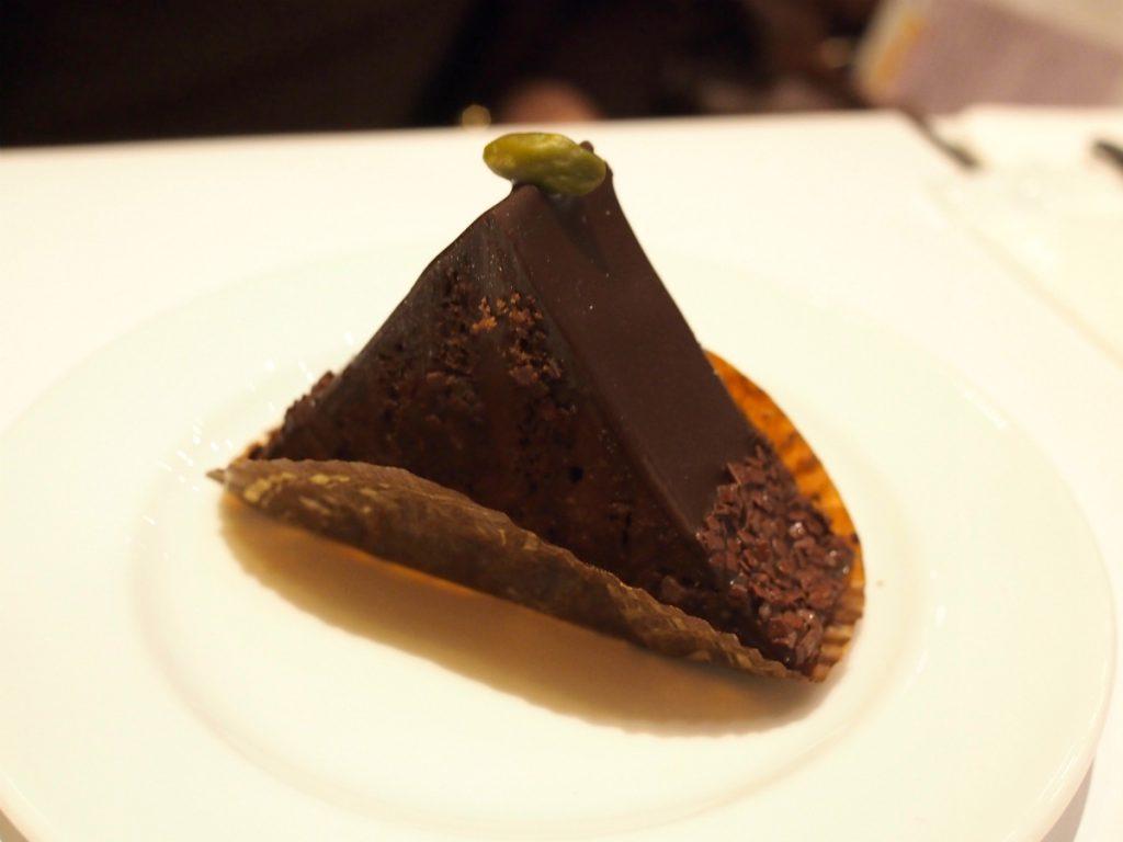 こちらは「ピラミッド」ピスタチオ入りのチョコレートケーキ。結構、甘いケーキでした。