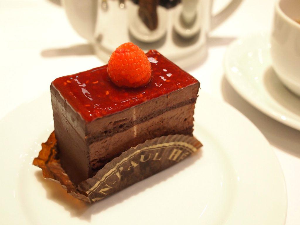 こちらは「ショコラフランボワーズ」ビターチョコレートにフランボワーズの酸味が効いたケーキ。