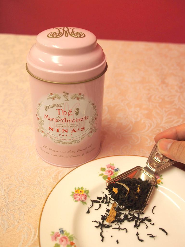 ニナスの紅茶缶は通常は赤くてニナスのロゴが付いたものですが、マリー・アントワネットだけは特別なパッケージです。