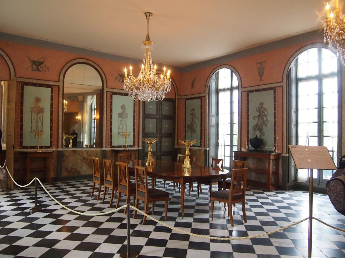 こちらは玄関を入って右手にあるダイニングルーム。ナポレオンのエジプト遠征を彷彿とさせるインテリアです。